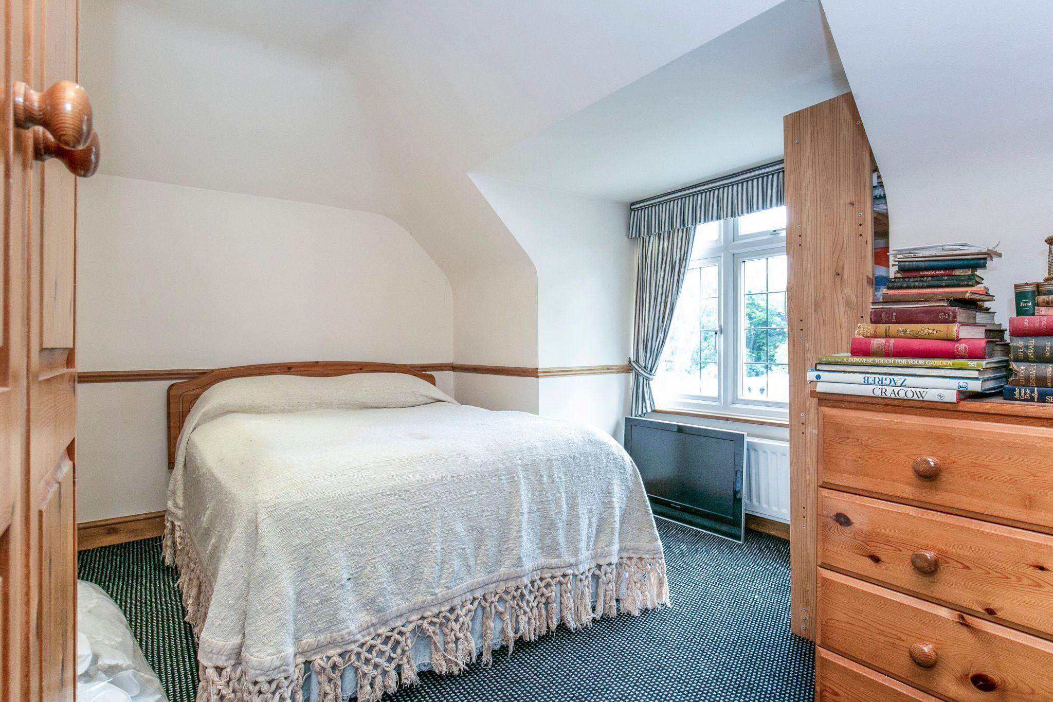 4 bedroom detached house For Sale in Brookmans Park - Photograph 23