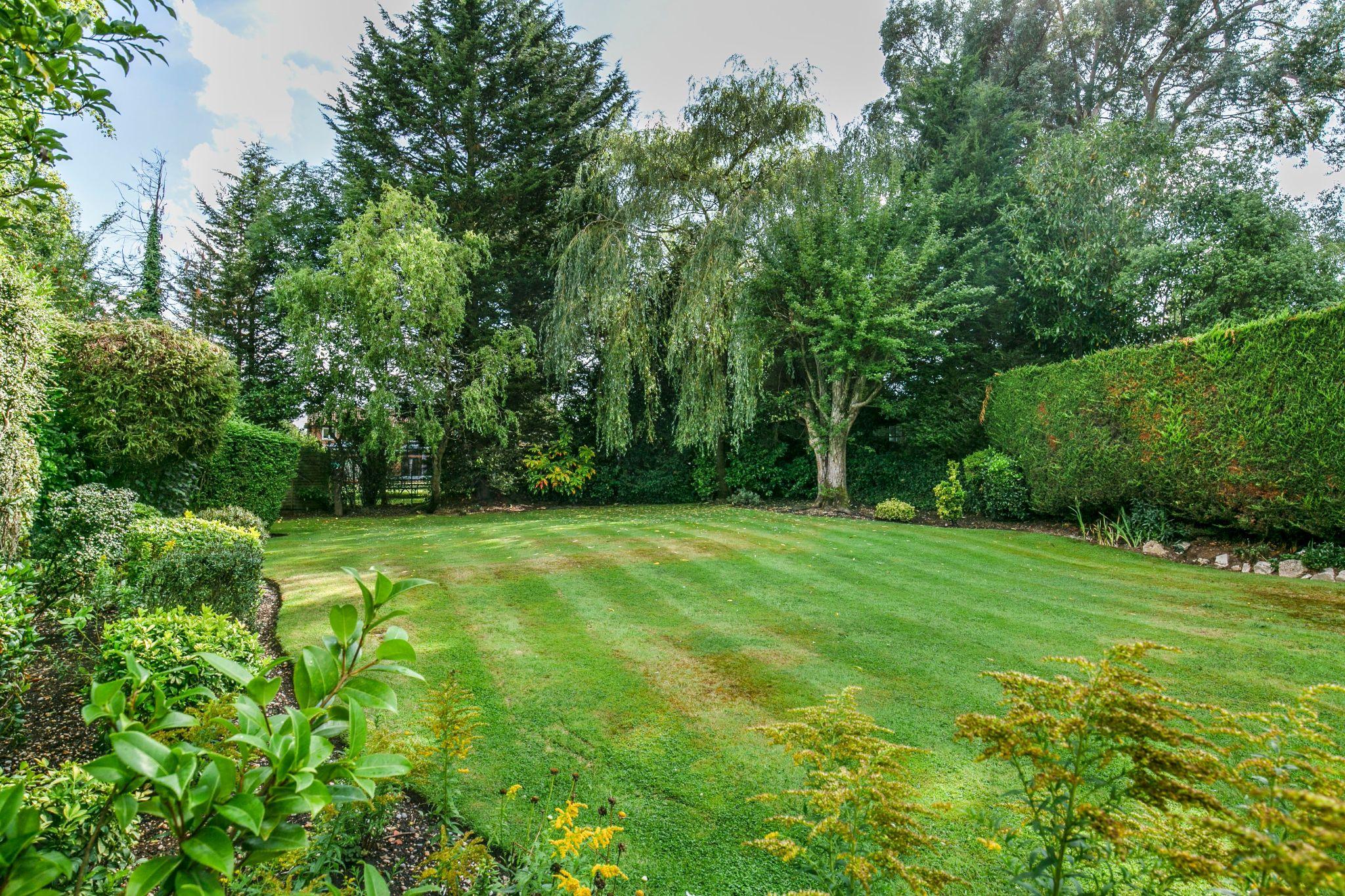4 bedroom detached house For Sale in Brookmans Park - Photograph 10