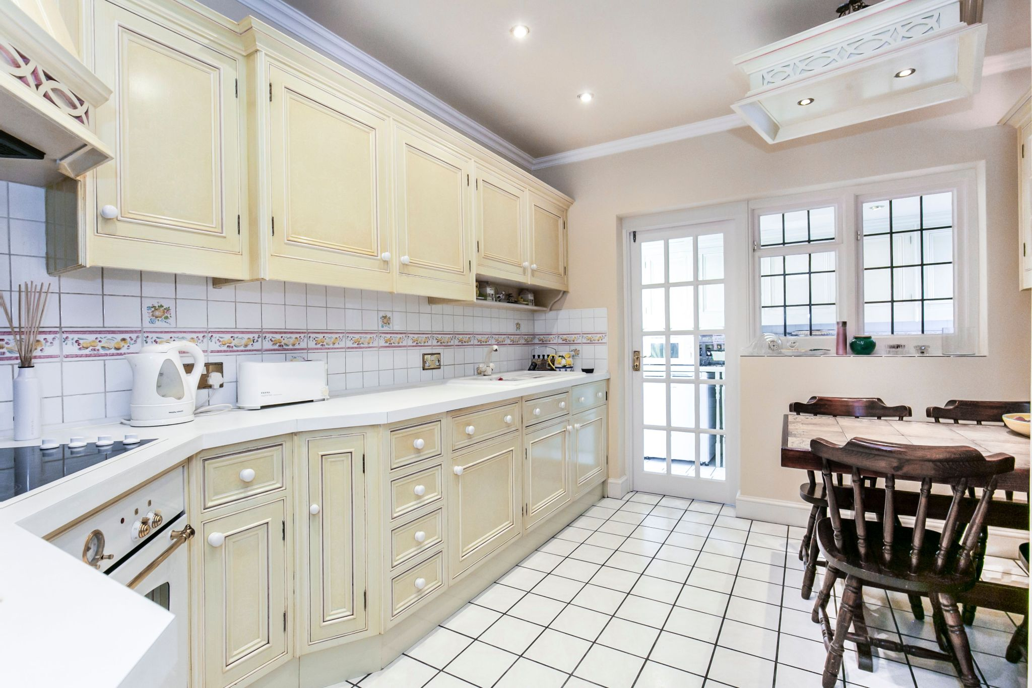 4 bedroom detached house For Sale in Brookmans Park - Photograph 4