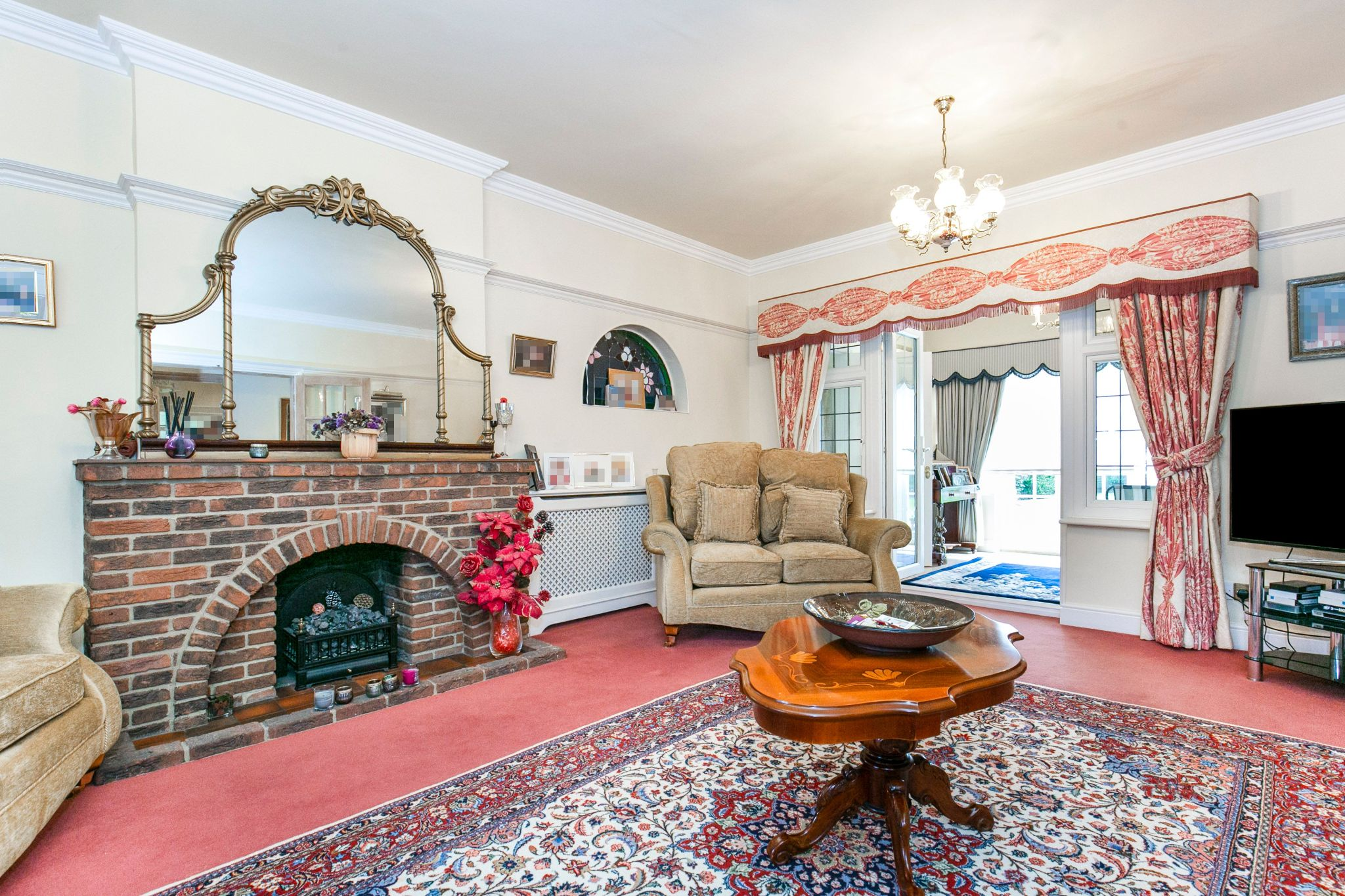 4 bedroom detached house For Sale in Brookmans Park - Photograph 9