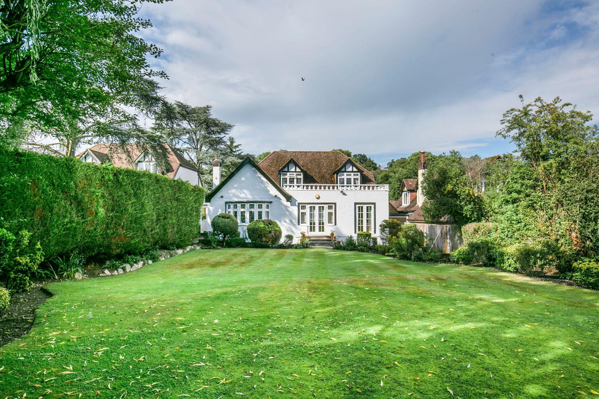 4 bedroom detached house For Sale in Brookmans Park - Photograph 29