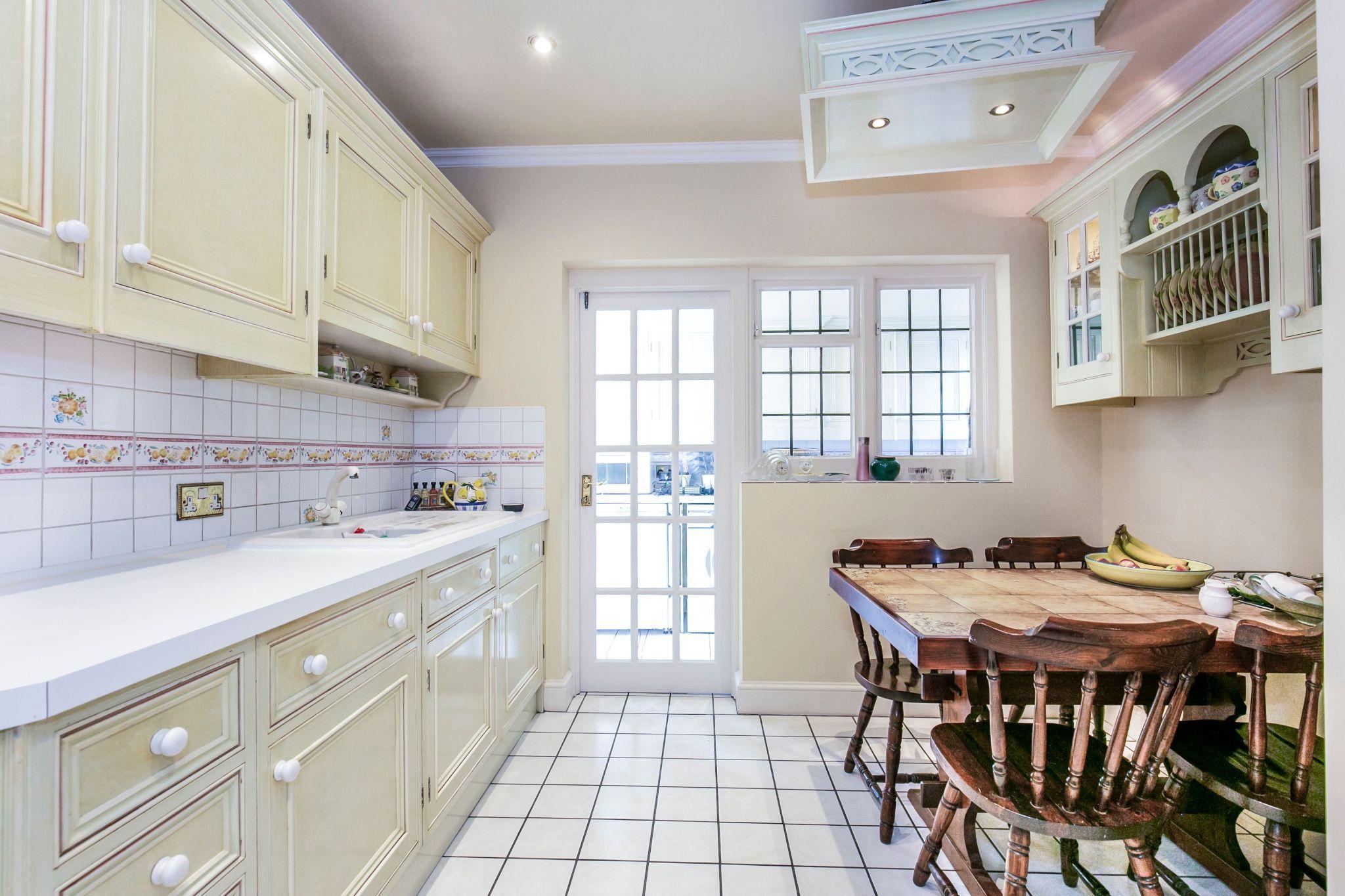 4 bedroom detached house For Sale in Brookmans Park - Photograph 3