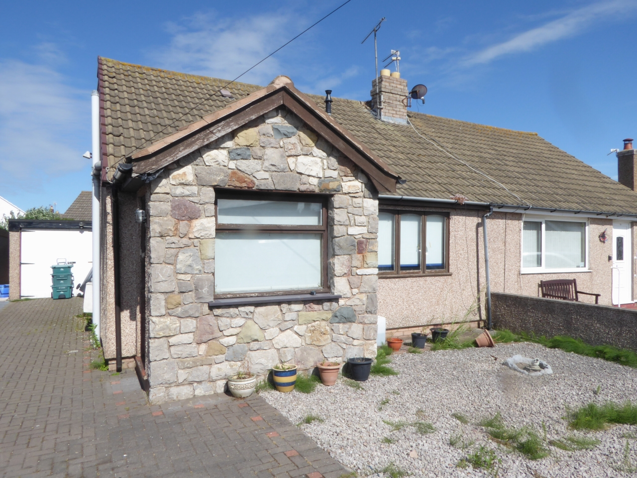 2 bedroom detached bungalow Under Offer in Abergele - Photograph 1