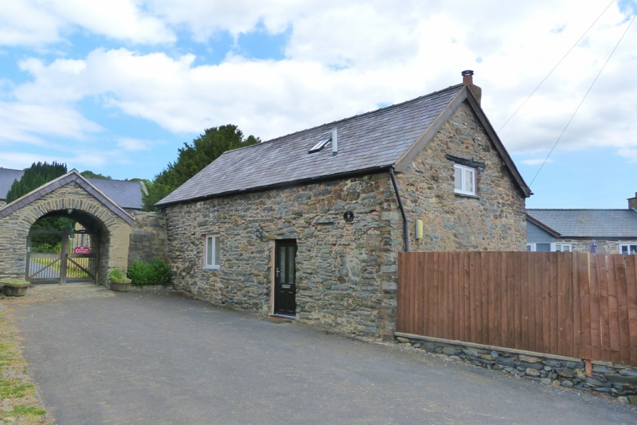 2 bedroom barn conversion house Sold in Denbigh - Photograph 1