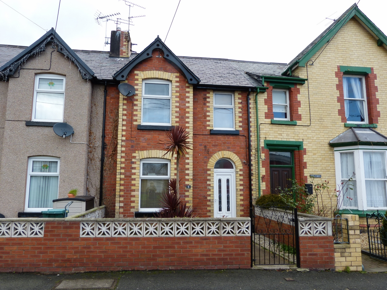 3 bedroom mid terraced house SSTC in Abergele - Photograph 1