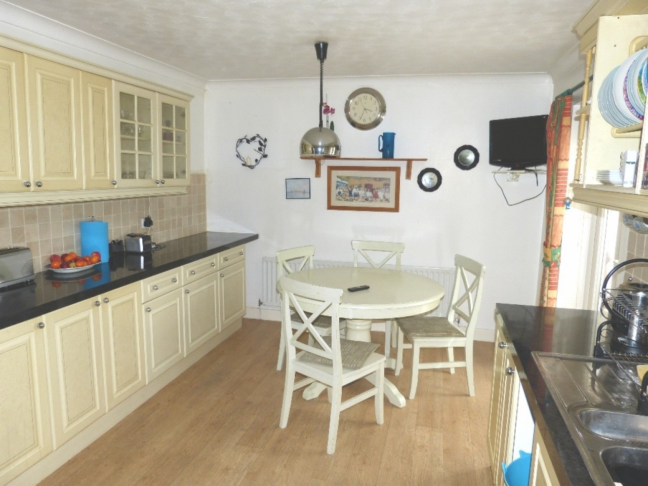 4 bedroom detached bungalow SSTC in Abergele - Photograph 5