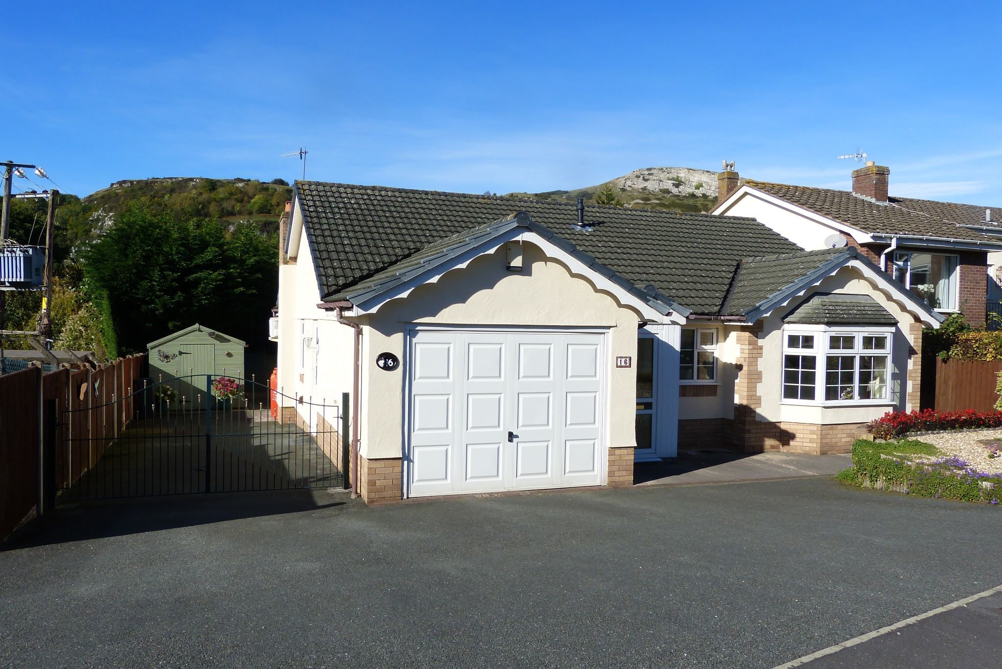 2 bedroom detached bungalow For Sale in Abergele - Photograph 1