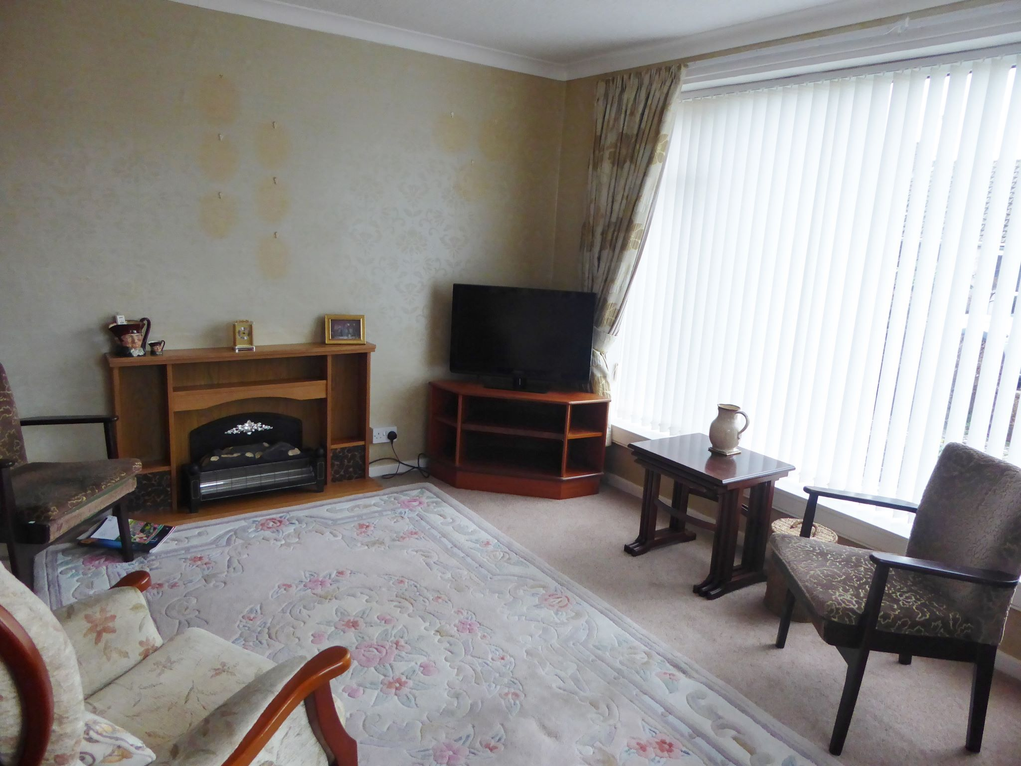 2 bedroom detached bungalow SSTC in Pensarn - Photograph 2