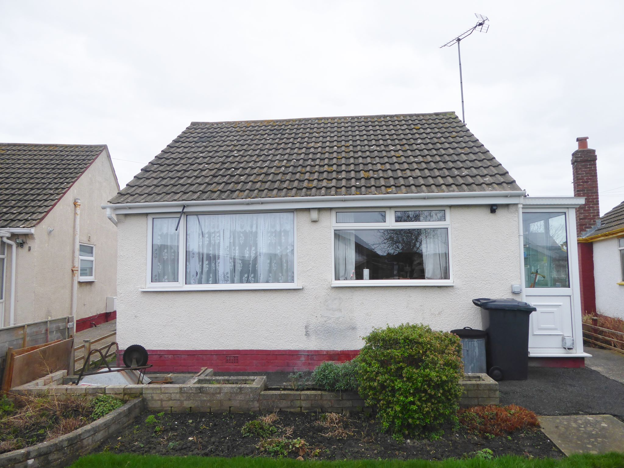 2 bedroom detached bungalow SSTC in Pensarn - Photograph 11