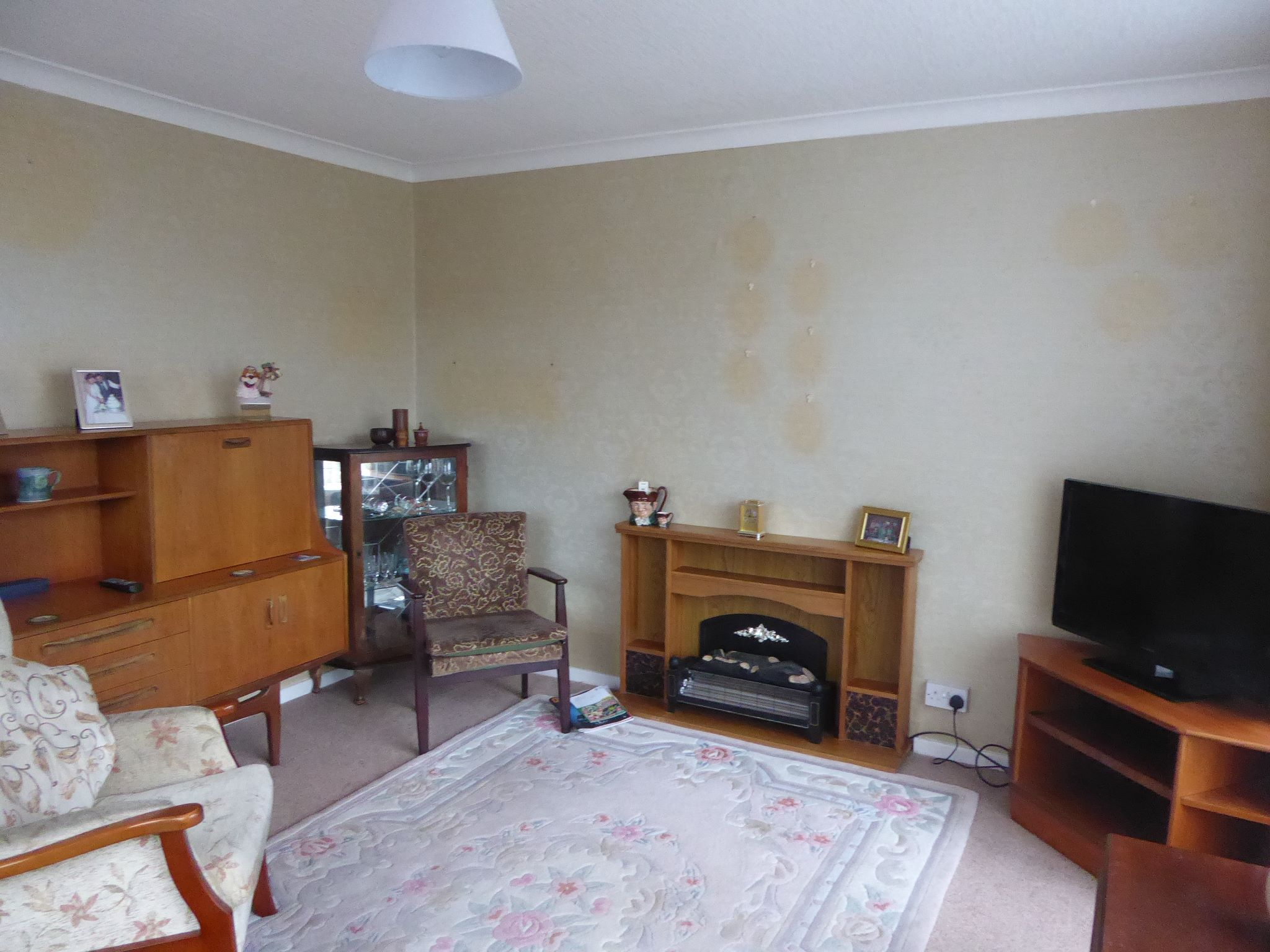 2 bedroom detached bungalow SSTC in Pensarn - Photograph 3