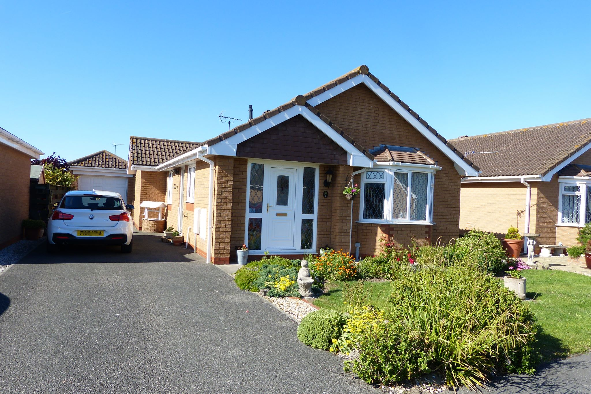 2 bedroom detached bungalow SSTC in Abergele - Photograph 1