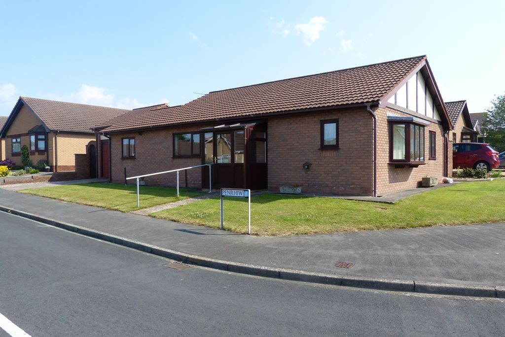 2 bedroom detached bungalow Under Offer in Abergele - Front Aspect