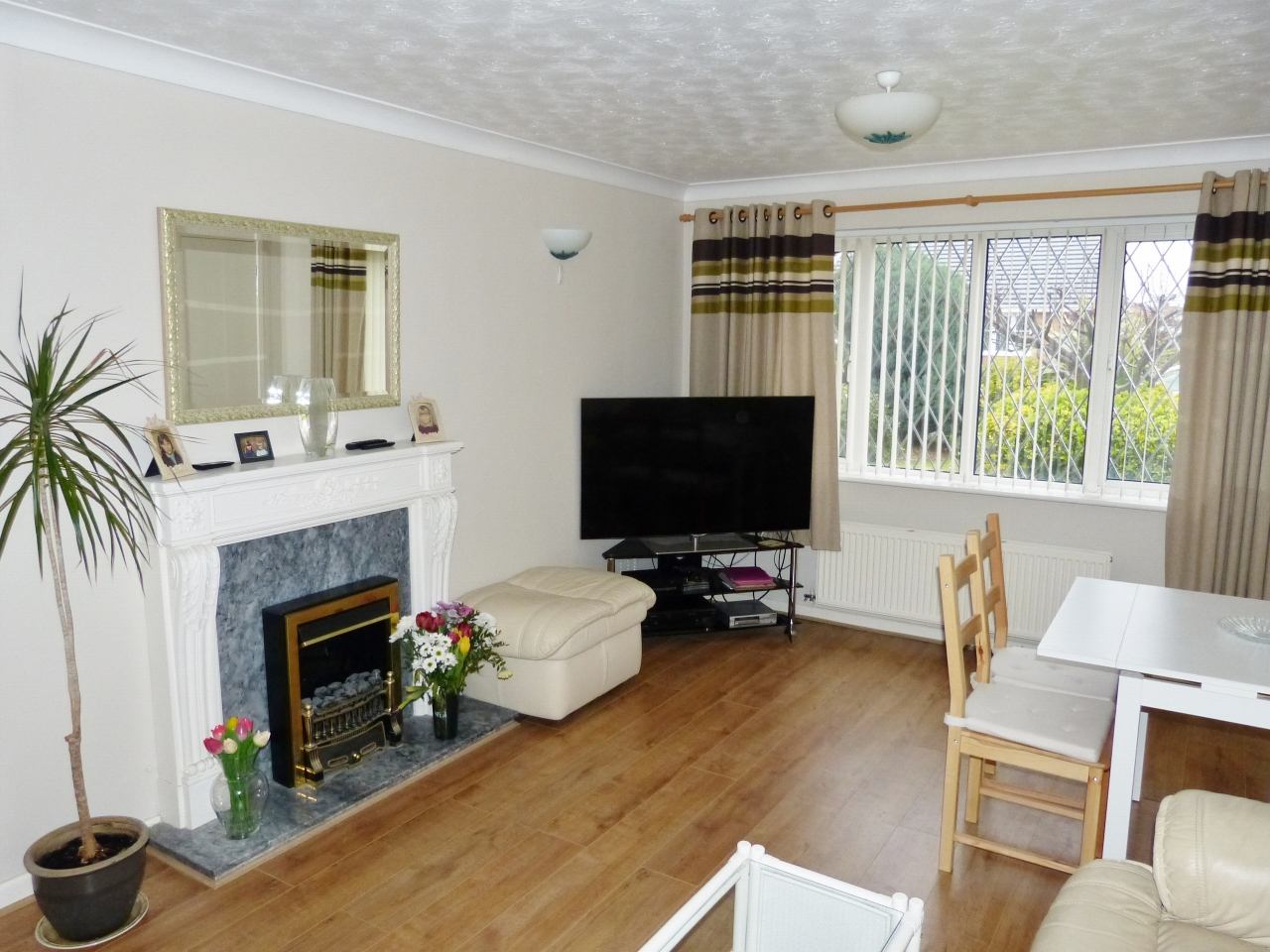 3 bedroom detached bungalow For Sale in Abergele - Photograph 2