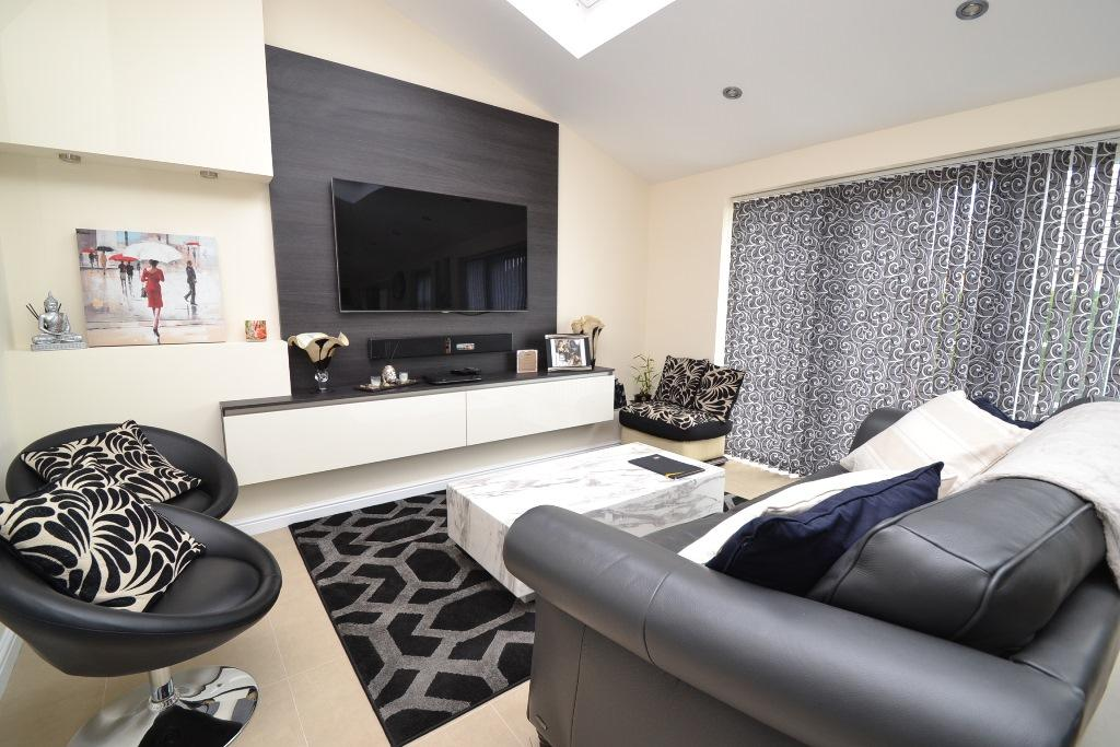 3 Bedroom Detached House For Sale - Photograph 14