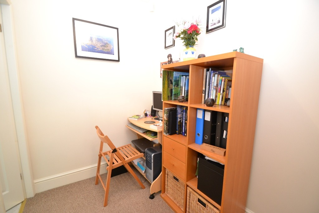 1 Bedroom Mid Terraced House For Sale - Photograph 5