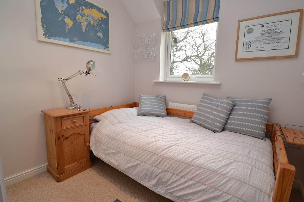 4 Bedroom Mid Terraced House For Sale - Photograph 19