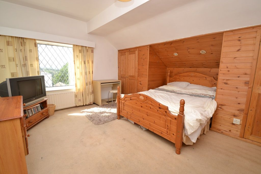 2 Bedroom Chalet House For Sale - Photograph 8