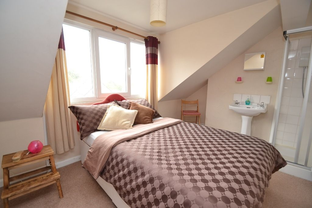 5 Bedroom Mid Terraced House For Sale - Photograph 11
