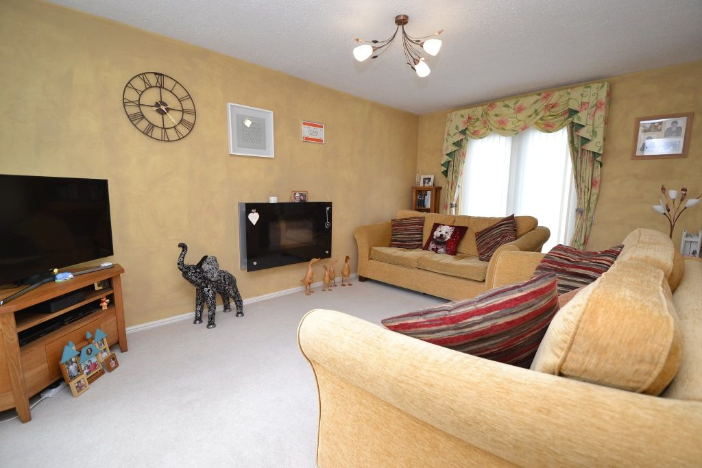 3 Bed Detached House For Sale - Photograph 2