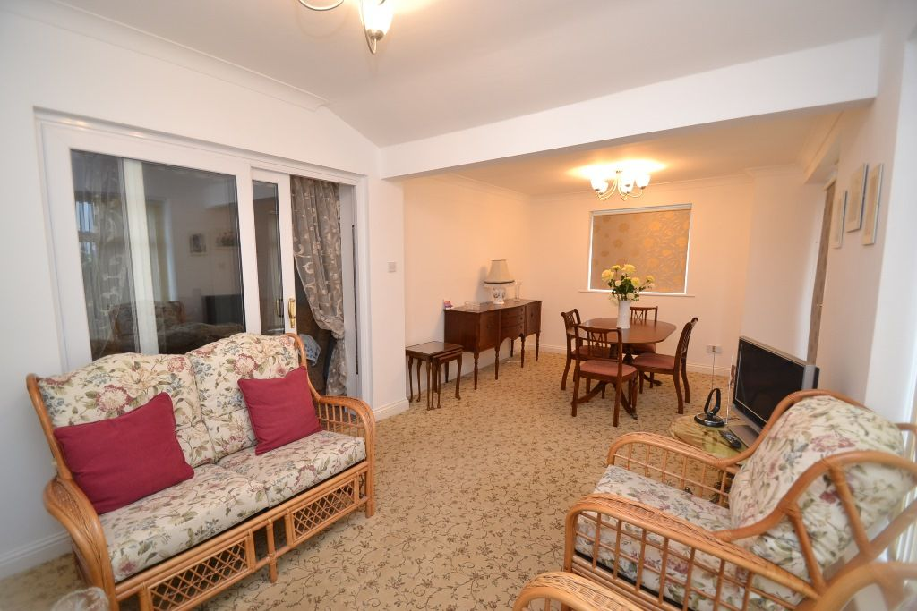 2 Bedroom Semi-detached Bungalow For Sale - Photograph 6