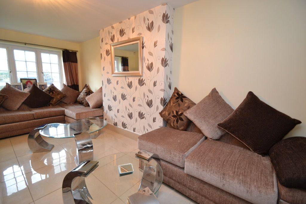 6 Bedroom Detached House For Sale - Photograph 3