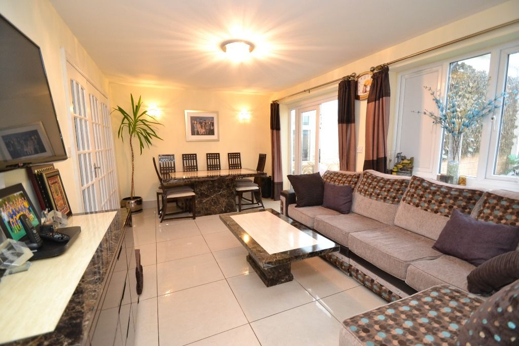 6 Bedroom Detached House For Sale - Photograph 5