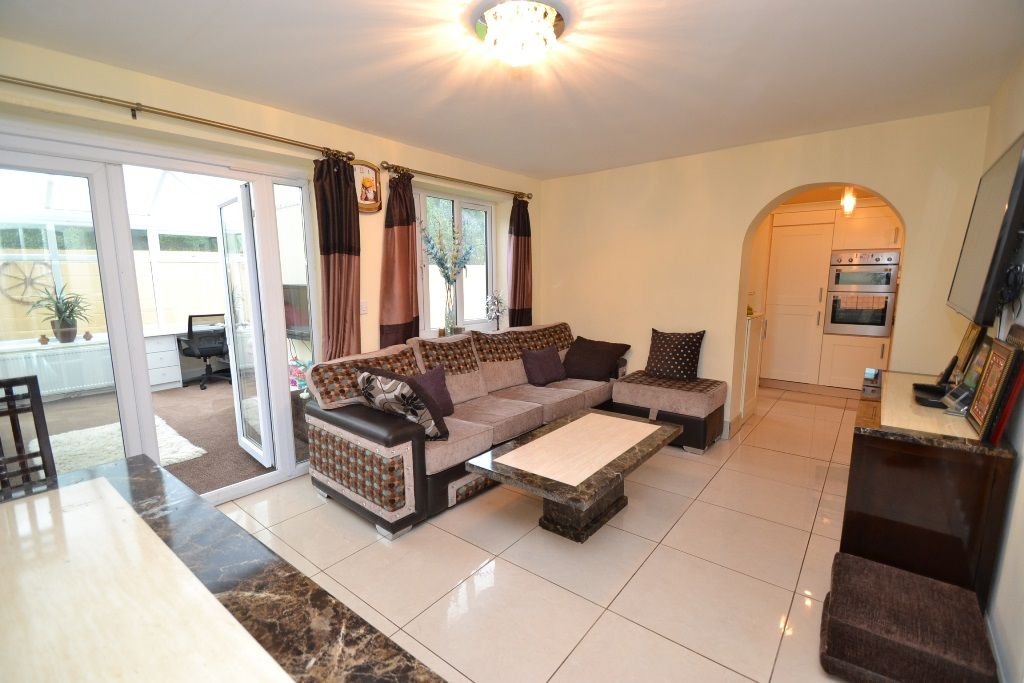 6 Bedroom Detached House For Sale - Photograph 6