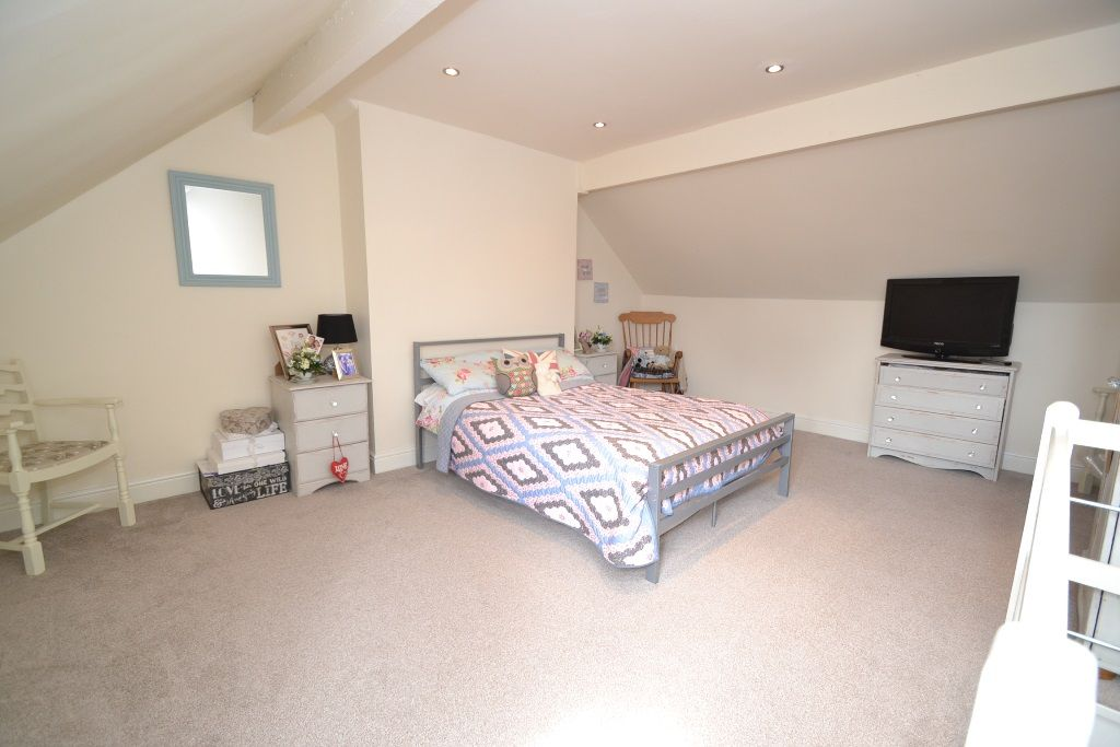 3 Bedroom Mid Terraced House For Sale - Photograph 12