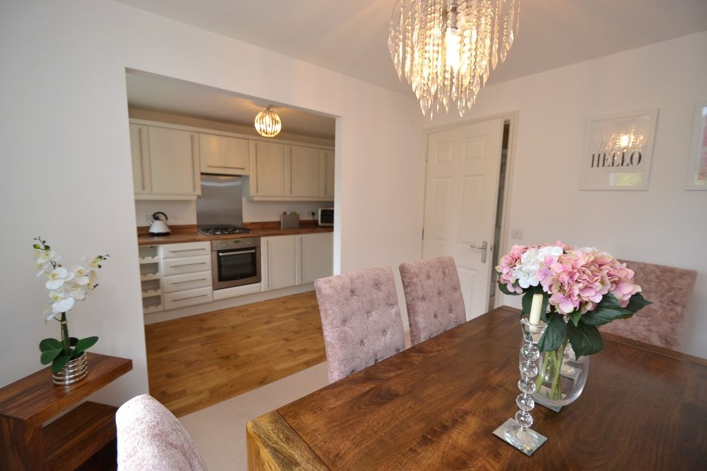 4 Bedroom Mid Terraced House For Sale - Photograph 9