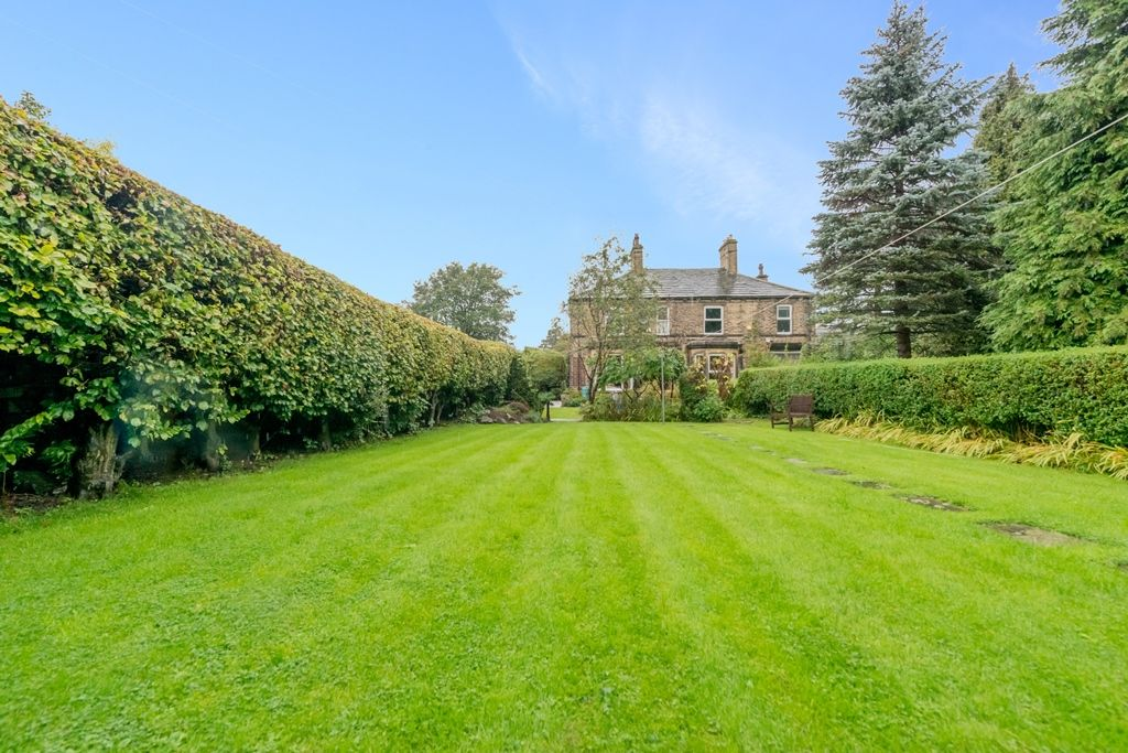4 Bedroom Semi-detached House For Sale - Photograph 17