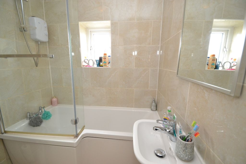 3 Bed Semi-detached House For Sale - Photograph 9