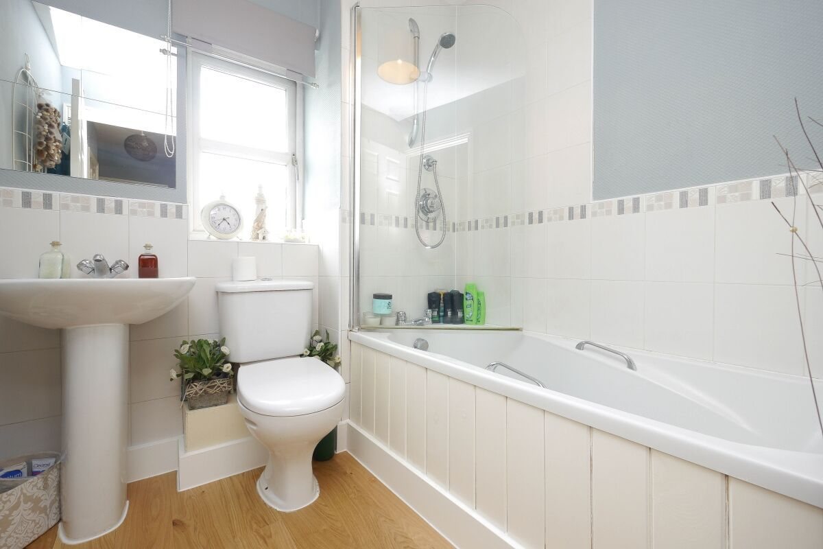4 Bedroom Detached House For Sale - Photograph 10