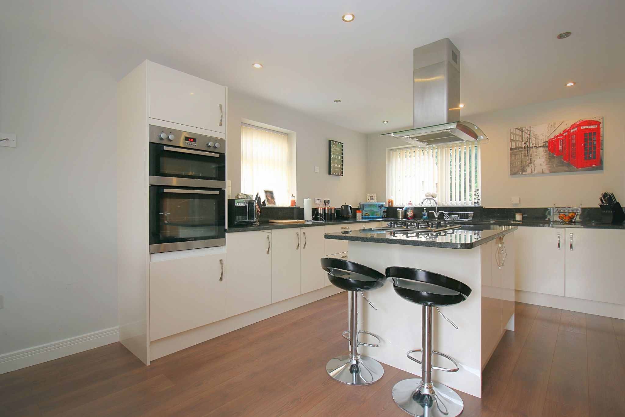 6 Bedroom Detached House For Sale - Photograph 13