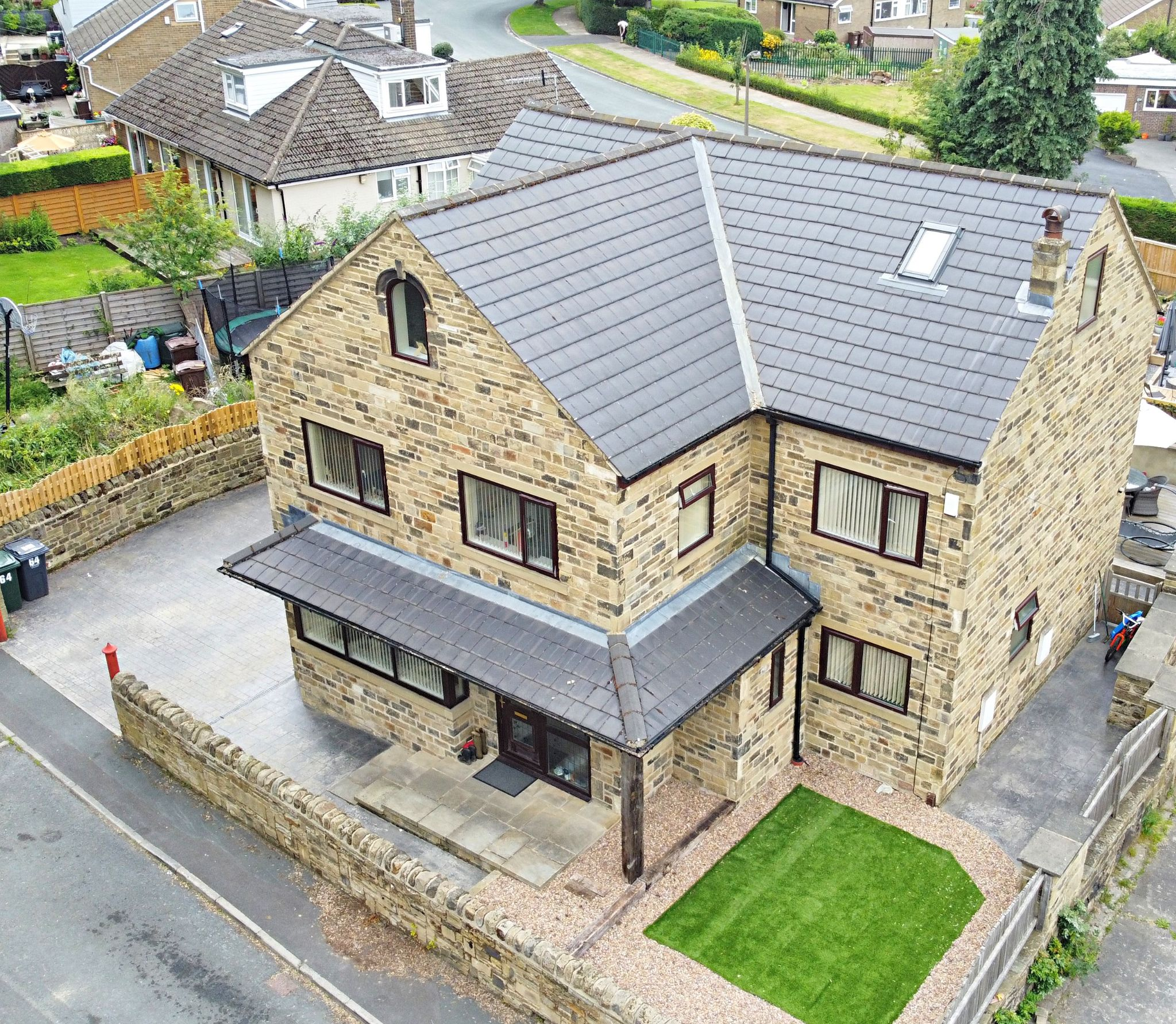 6 Bedroom Detached House For Sale - Photograph 1