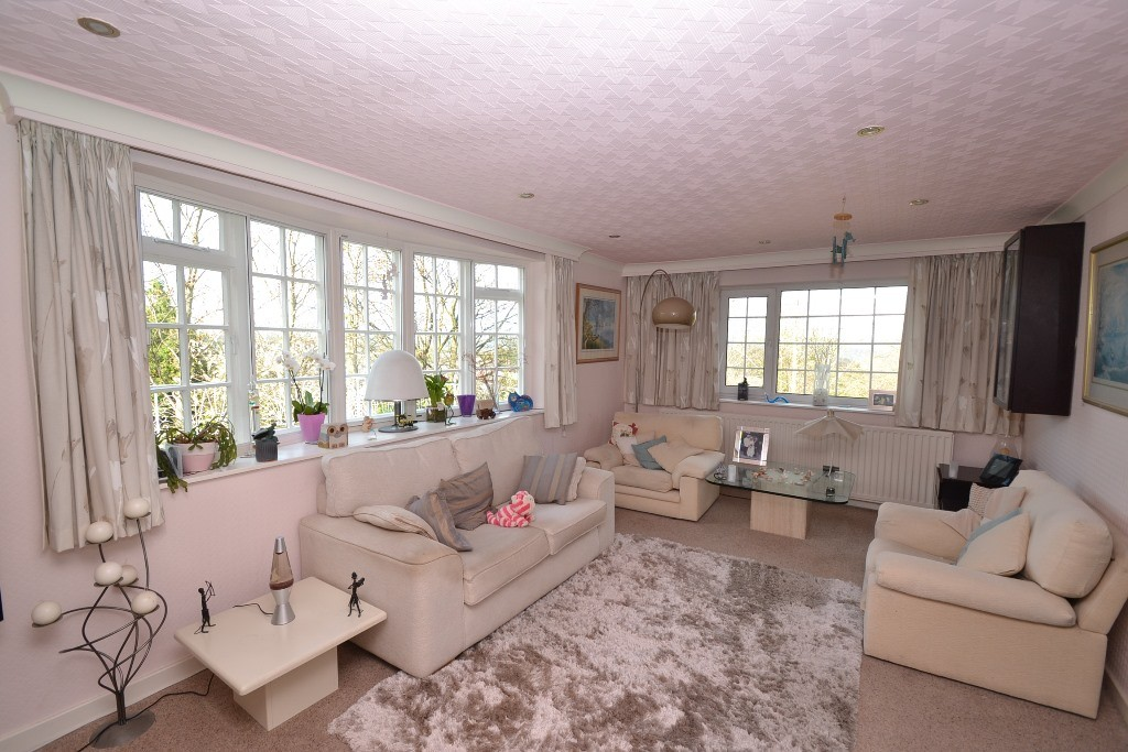4 Bedroom Detached House For Sale - Photograph 2