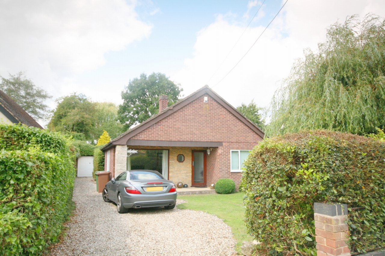 3 Bedroom Detached House For Sale - Photograph 1