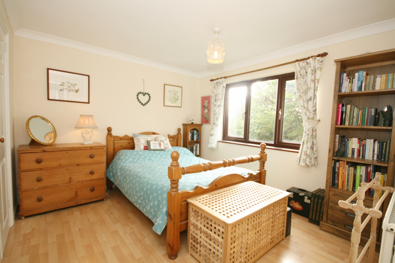 3 Bedroom Detached House For Sale - Photograph 6