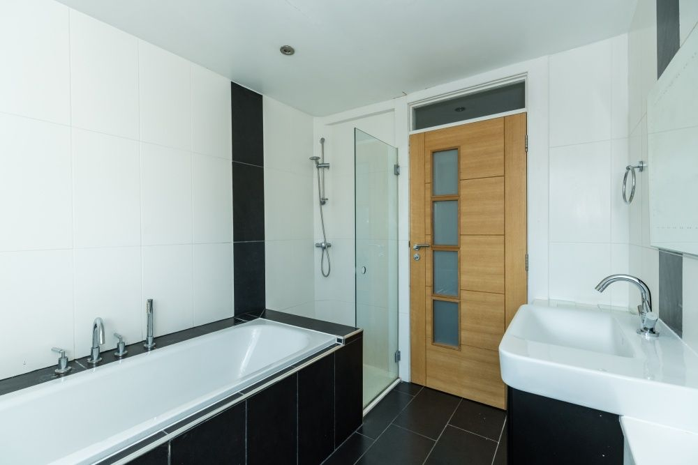 5 Bedroom Detached House For Sale - Family bathroom