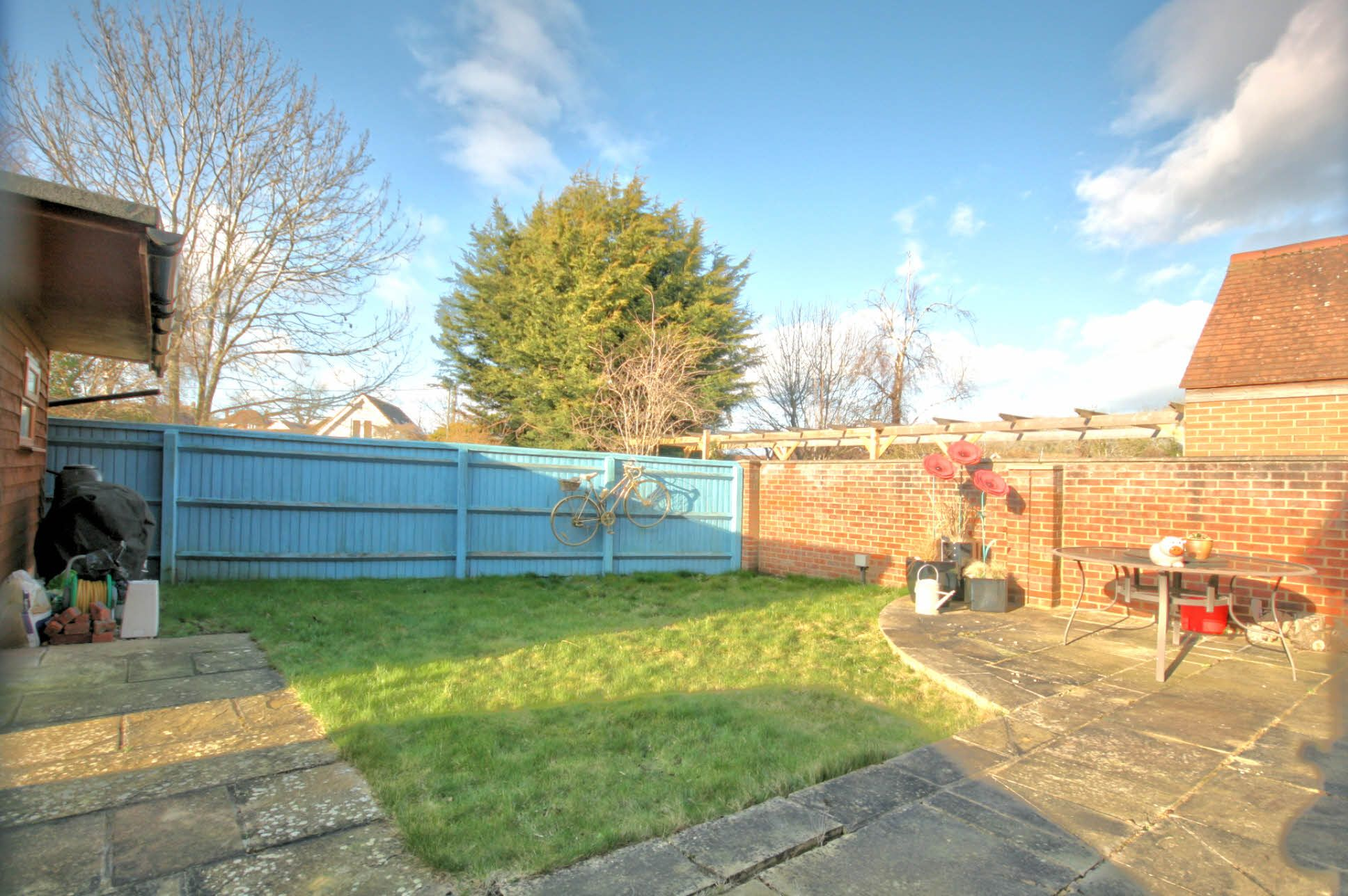 3 Bedroom Detached House To Rent - Photograph 2
