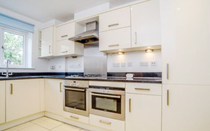5 Bedroom Town House To Rent - Photograph 3