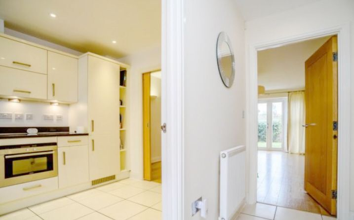 5 Bedroom Town House To Rent - Photograph 2