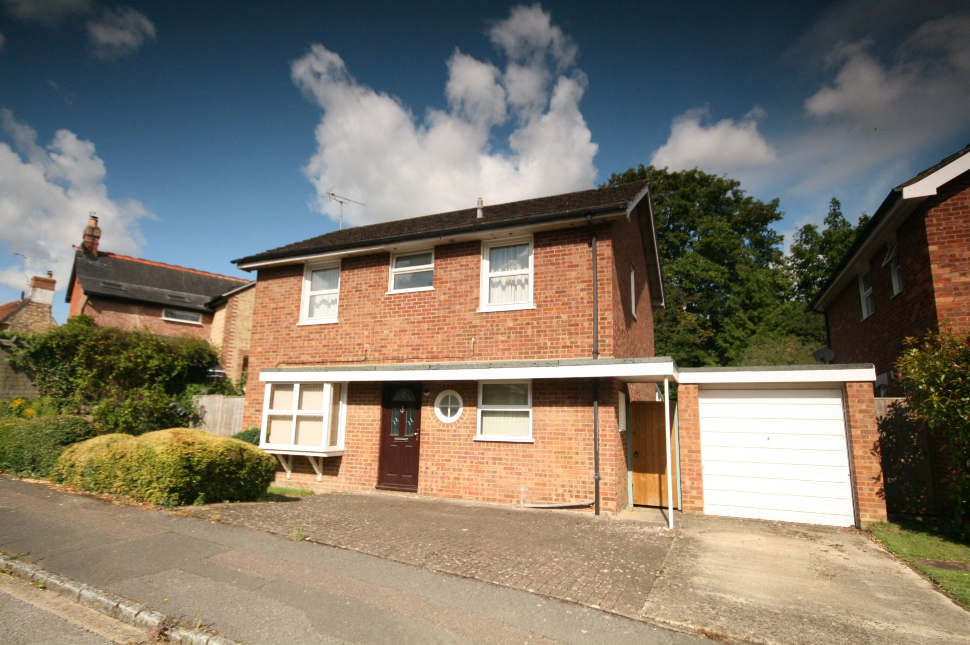 4 Bedroom Detached House For Sale - Photograph 1