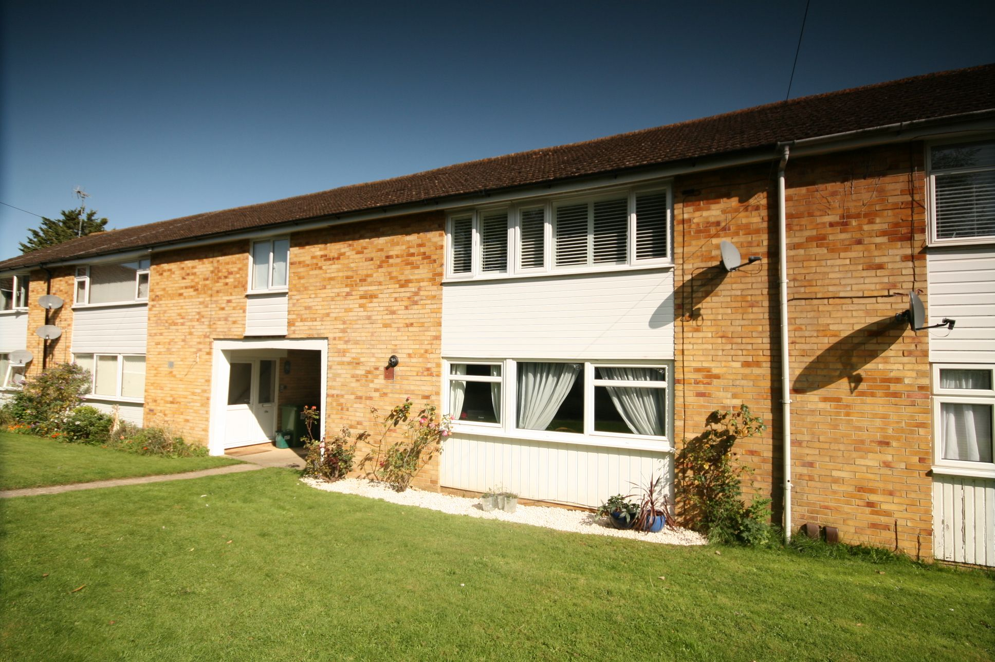 2 Bedroom Ground Floor Flat/apartment For Sale - Photograph 1