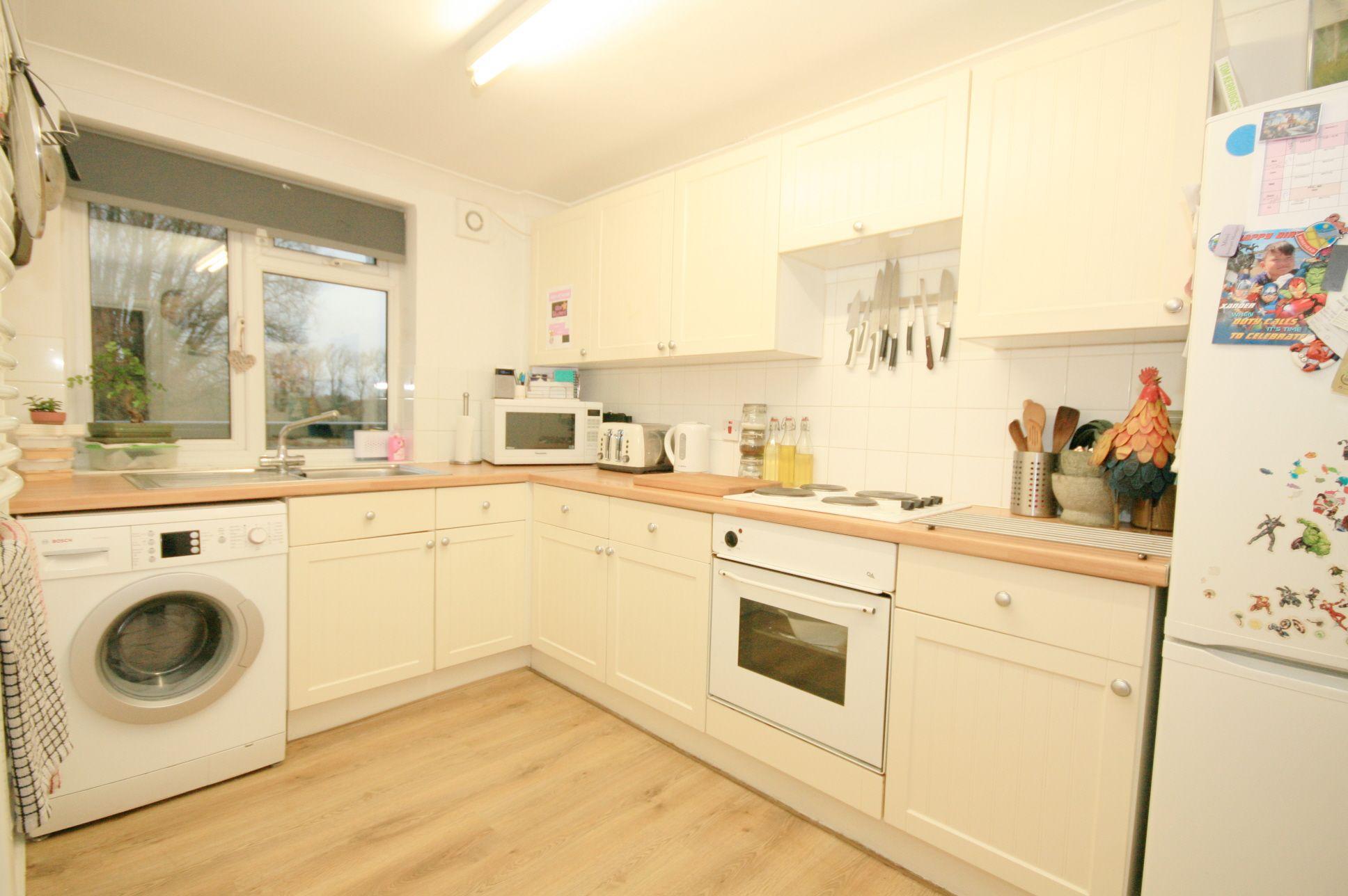 2 Bedroom Maisonette Flat/apartment For Sale - Photograph 3