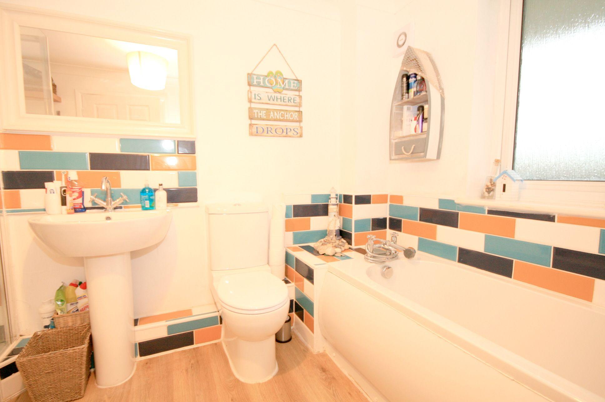 2 Bedroom Maisonette Flat/apartment For Sale - Photograph 4