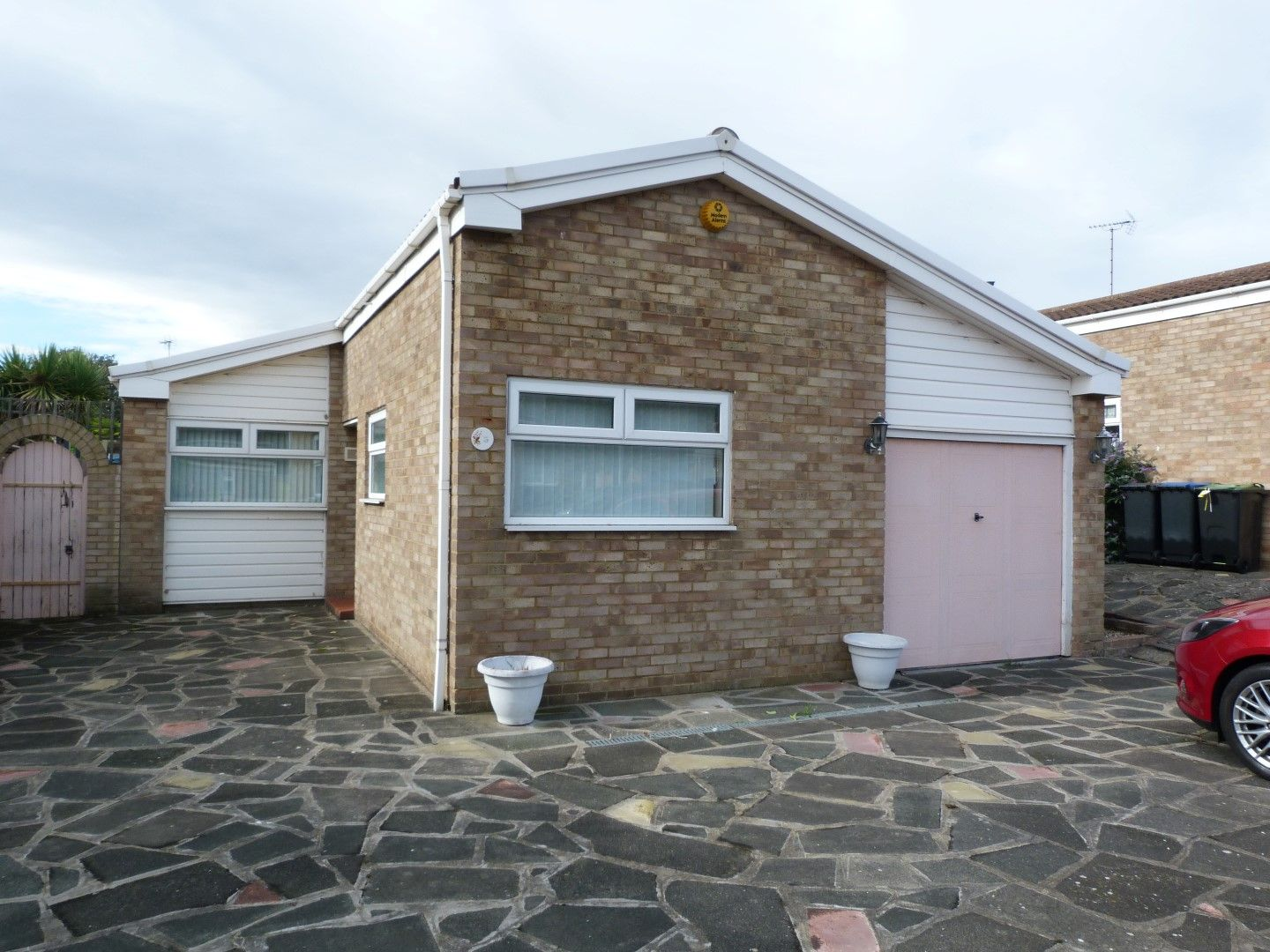 2 bedroom detached bungalow For Sale in Margate - Property photograph