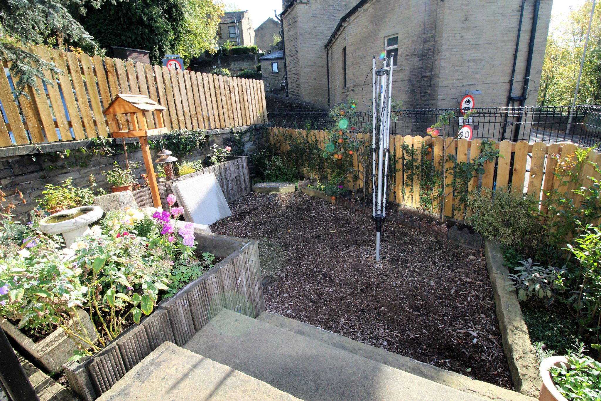 2 bedroom end terraced house For Sale in Brighouse - Garden