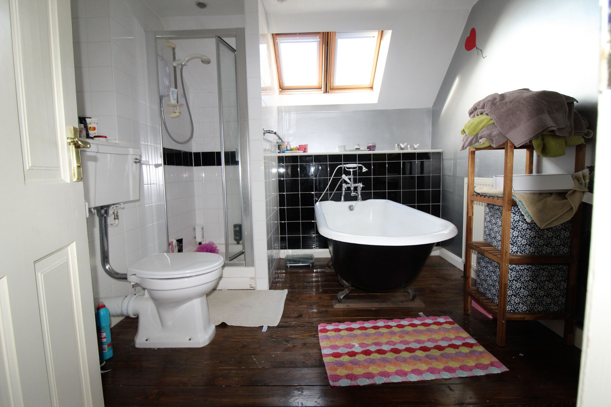 3 bedroom detached house Let in Brighouse - Family bathroom