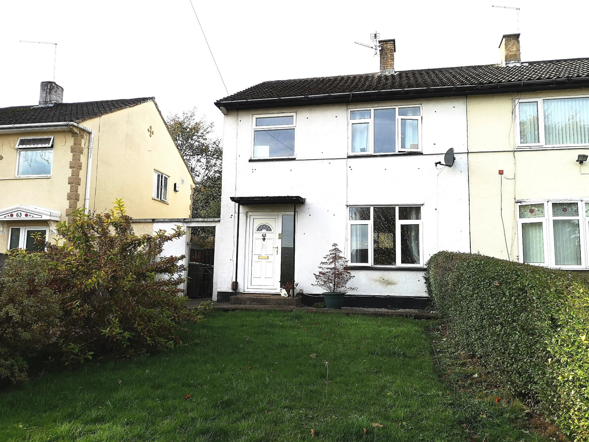 3 bedroom semi-detached house Sold in Huddersfield - Photograph 3