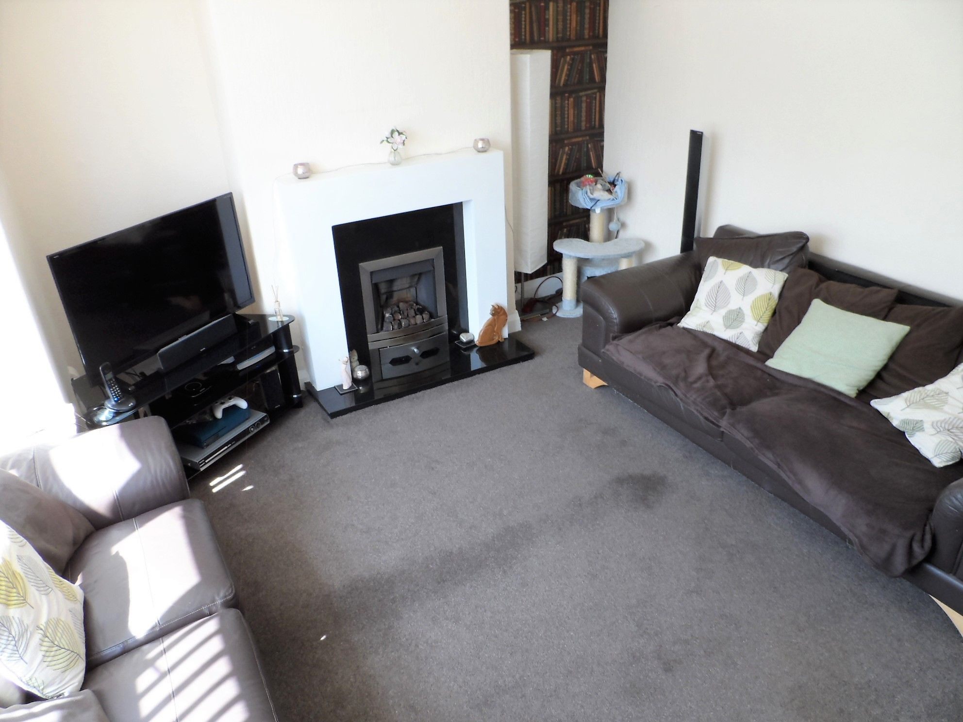 2 bedroom end terraced house For Sale in Huddersfield - Property photograph